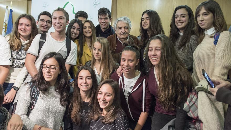 El expresidente de Uruguay posa junto a un grupo de jóvenes tras concluir su charla. | JAVO DÍAZ
