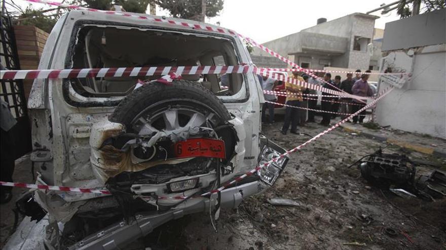 Un muerto y siete heridos al explotar un coche bomba en Trípoli