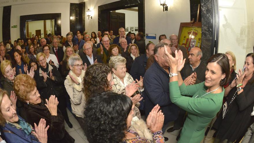 Gema Igual saluda a un grupo de vecinos después de ser investida alcaldesa de Santander. | MANUEL ÁLVAREZ