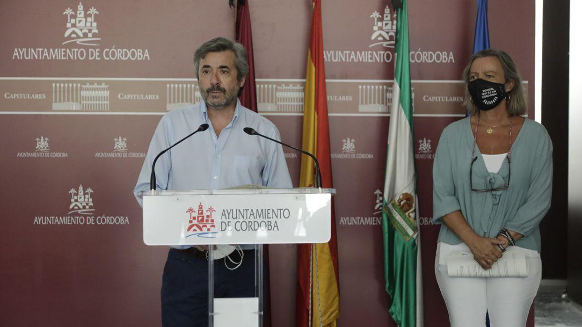 Miguel Ángel Torrico (PP) e Isabel Albás (Cs) en rueda de prensa este lunes.