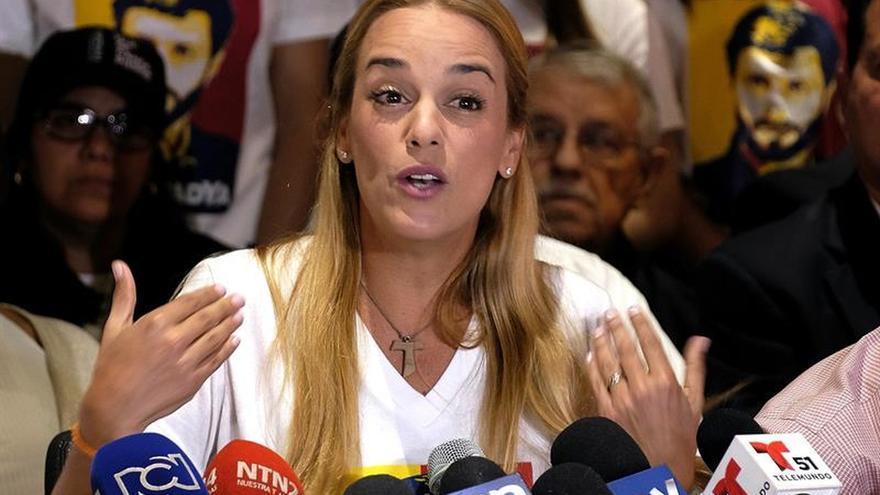 A López lo registran y desnudan diez veces al día en prisión, según su esposa