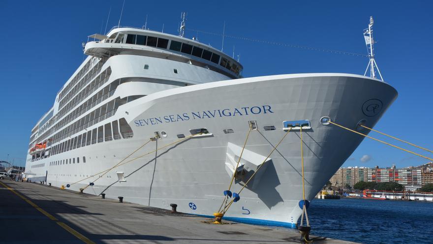 El Seven Seas Navegator, atracado en Santa Cruz