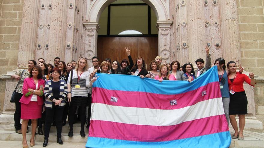 A las puertas del Parlamento, miembros de ATA celebraban en abril el visto bueno unánime de los grupos a la ley.