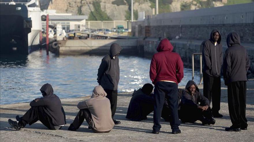 Rescatan a siete subsaharianos en una barca de juguete en el Estrecho
