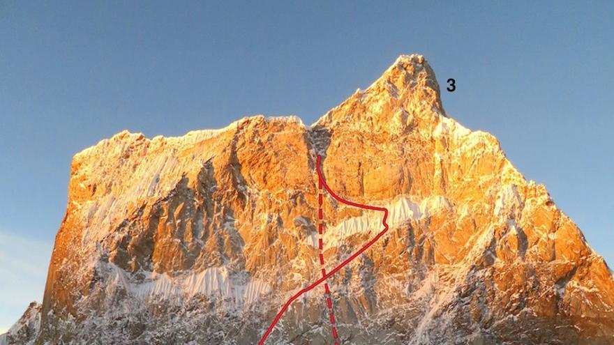 Cara Norte del Ogro II. El 1 corresponde a la línea que querían seguir Kyle y Scott. El 2 al descenso previsto (la R marca el lugar donde les saltó un anclaje el año pasado). El 3 es el punto más alto que alcanzaron en 2015 (© Dempster / AAJ).