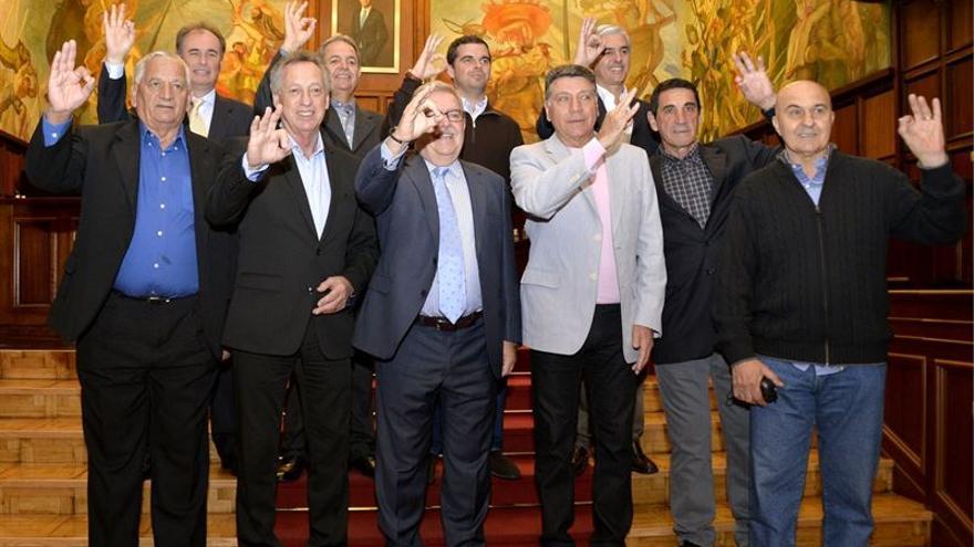 Los cinco exfutbolistas argentinos en su visita al Cabildo de Gran Canaria.