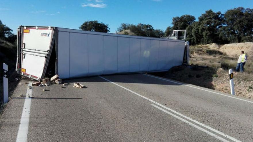 Imagen del camión volcado a la altura de Cardeña | @pozoblanconews
