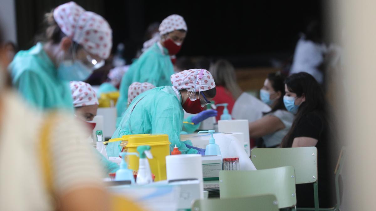 El personal sanitario realiza test de anticuerpos de la Covid-19. EFE/Rodrigo Jiménez/Archivo