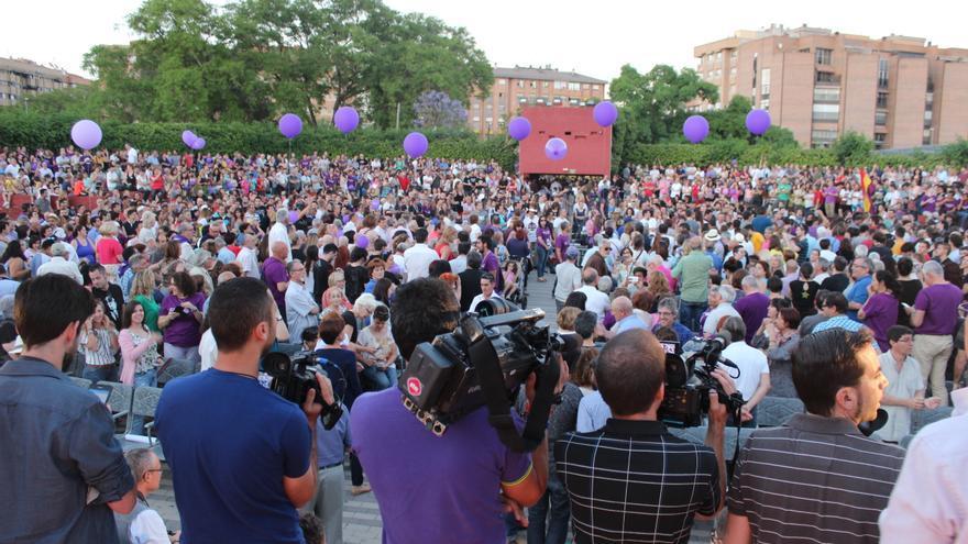 Periodistas gráficos sobre el escenario, esperando la entrada de Pablo Iglesias en el mitin de Murcia / PSS