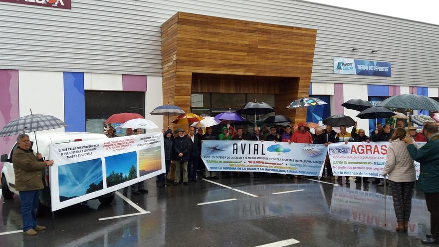 La lluvia reduce la participación de la concentración contra la manipulación climática en Albox