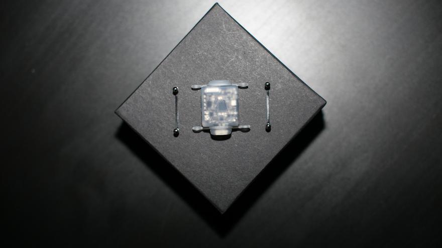 El dispositivo contiene una brújula electrónica y se carga gracias a un puerto mini USB