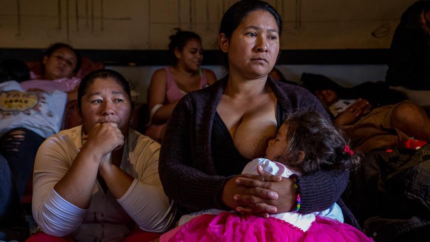 """Una mujer amamanta a su bebé en el edificio del colectivo anarquista """"Comida No Bombas"""" de Tijuana, donde algunos migrantes recibieron asesoría legal en su proceso de solicitud de asilo / Foto: J.P. Martínez"""