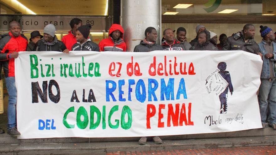 Manteros bilbaínos protestan contra la reforma del código penal ante la sede del PP. /Ecuador Etxea