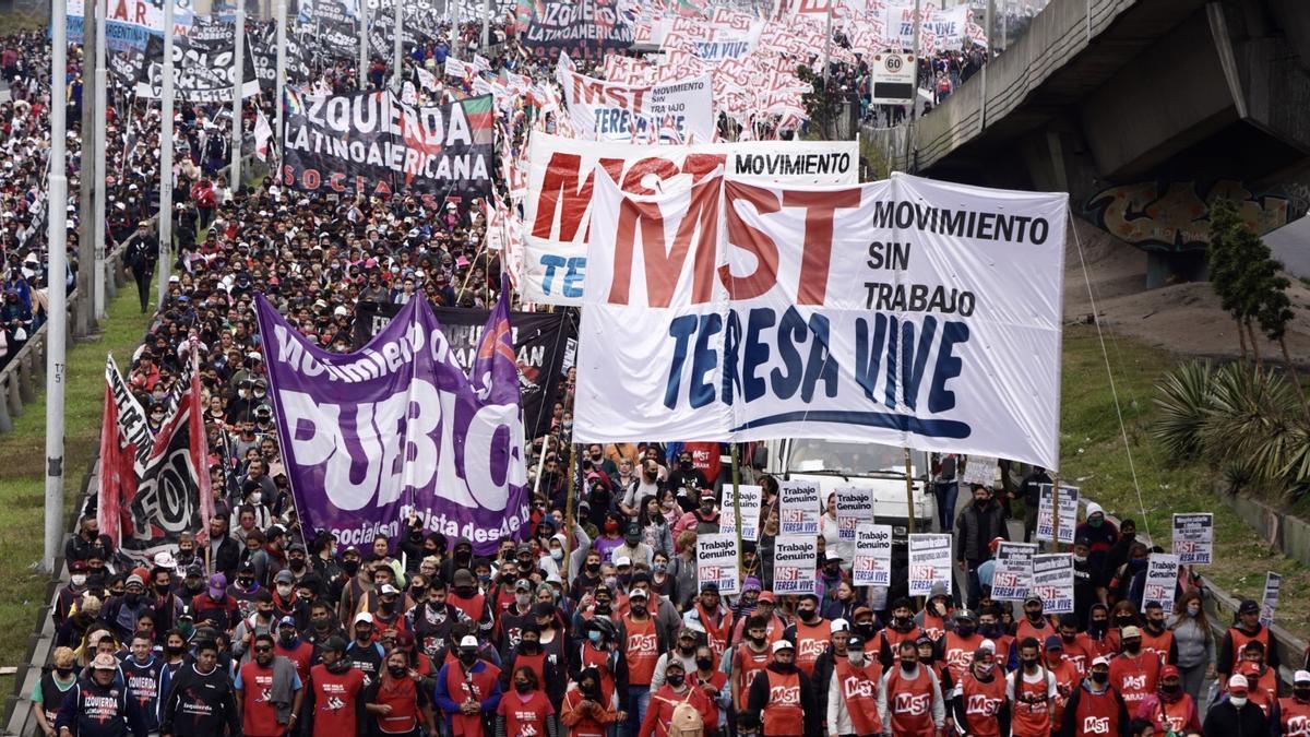 La marcha de las organizaciones sociales opositoras, el miércoles, camino al ministerio de Desarrollo Social.