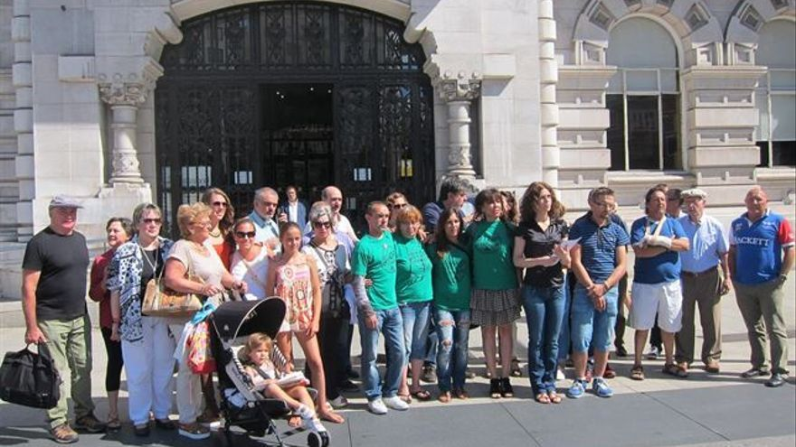 La Asociación de Vecinos frente al Ayuntamiento