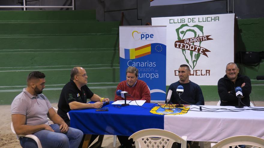 Un momento  de la conferencia  la conferencia titulada 'Deportes tradicionales en Europa: la Lucha Canaria. Pasado, presente y futuro', organizada por el Grupo Popular Europeo en el terrero del Club Auarita Tedote.