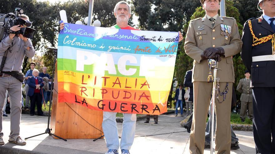 Renato Accorinti, alcalde de Messina, en 2013 durante un evento de las fuerzas armadas (Fotografía de livesicilia.it)