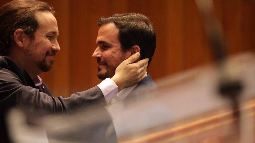 El vicepresidente segundo del Gobierno y líder de Podemos, Pablo Iglesias, saluda al ministro de Consumo y líder de IU, Alberto Garzón.