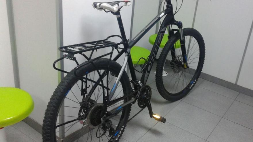 La Policía Local ha detenido a un hombre por el robo de una bicicleta de la Policía de Barrios de la capital grancanaria.