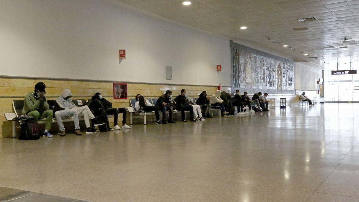 Migrantes interceptados por la Policía Nacional en su intento de viajar a la península en avión. Aeropuerto de Gran Canaria.