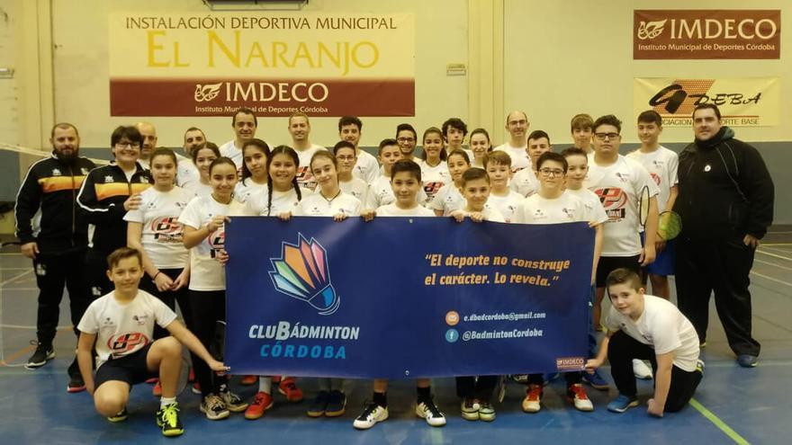 Gran parte de los miembros del Club Badmintón Córdoba tras una jornada de JDM   BÁDMINTON CÓRDOBA