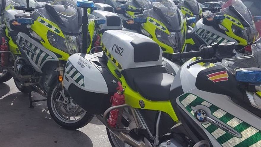 Motos de la Guardia Civil con los extintores no homologados