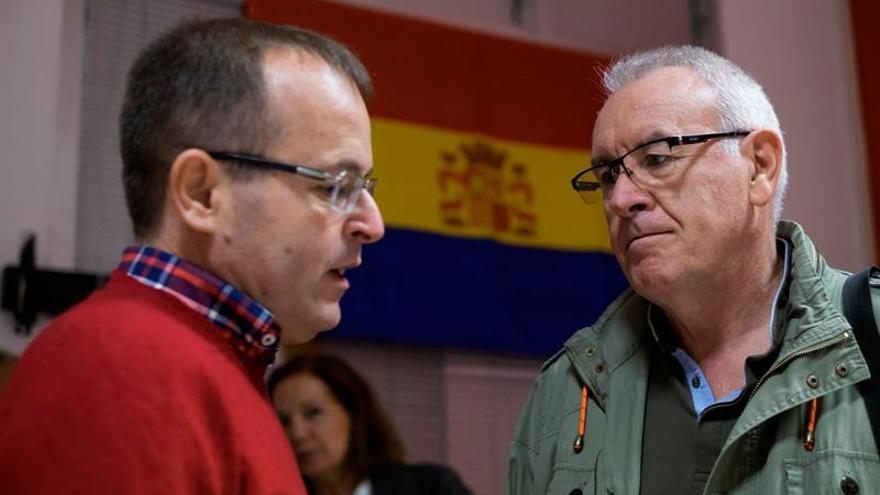 El coordinador general de Izquierda Unida, Cayo Lara (d), y su homólogo en Canarias, Ramón Trujillo (i), en Telde (EFE/ÁNGEL MEDINA G.)