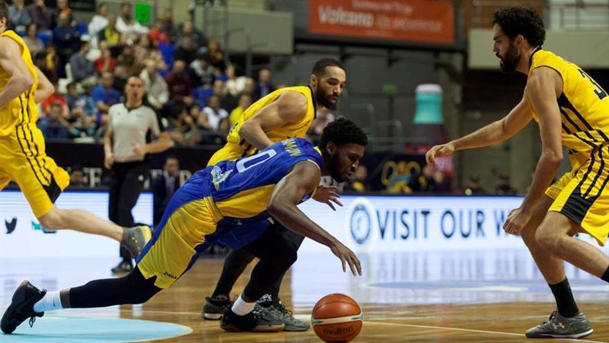El escolta del BK Ventspils de Letonia Blake Hamilton (c), pugna por el balón junto a los jugadores del Iberostar Tenerife, Javier Beirán (d), y el base Davin White