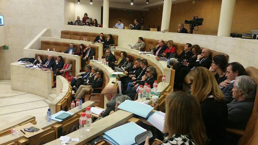 El hemiciclo del Parlamento de Cantabria durante el debate.