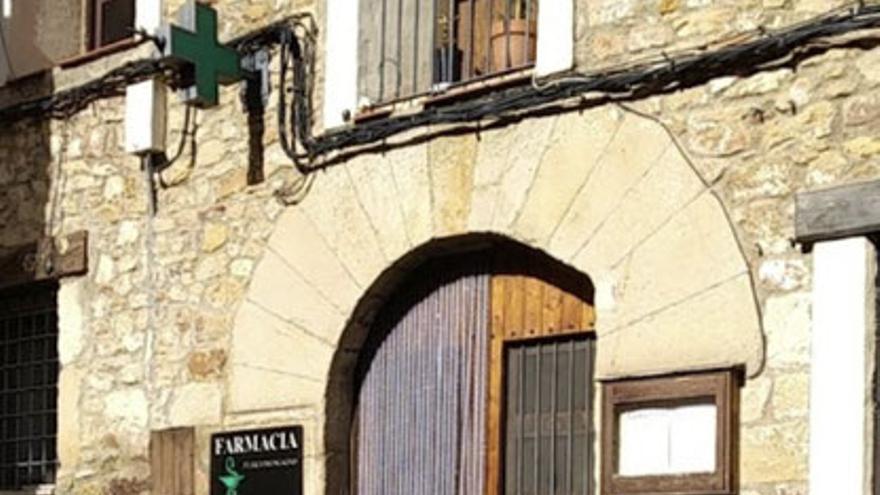 La farmacia de Puertomingalvo pasará de estar regentada por Mabel Bertomeu a Silvia Gómez en junio.