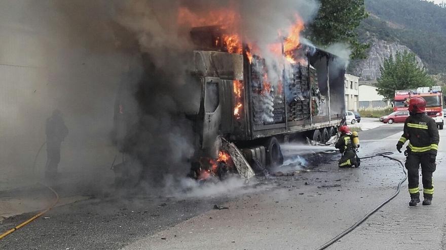 Un camión cargado de cartón se incendia en el polígono de Barros
