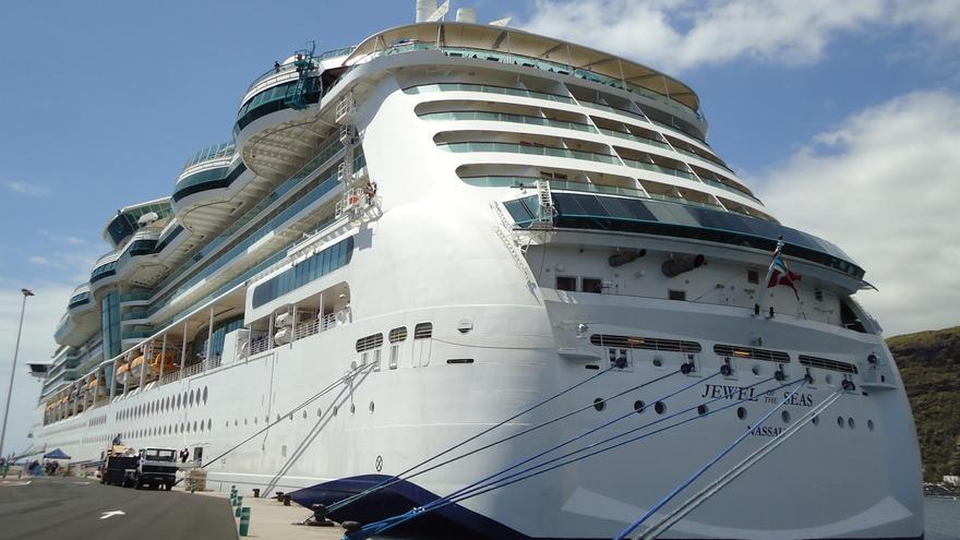 El crucero 'Jewel of the Seas', este viernes, el puerto de la capital. Foto: Autoridad Portuaria.