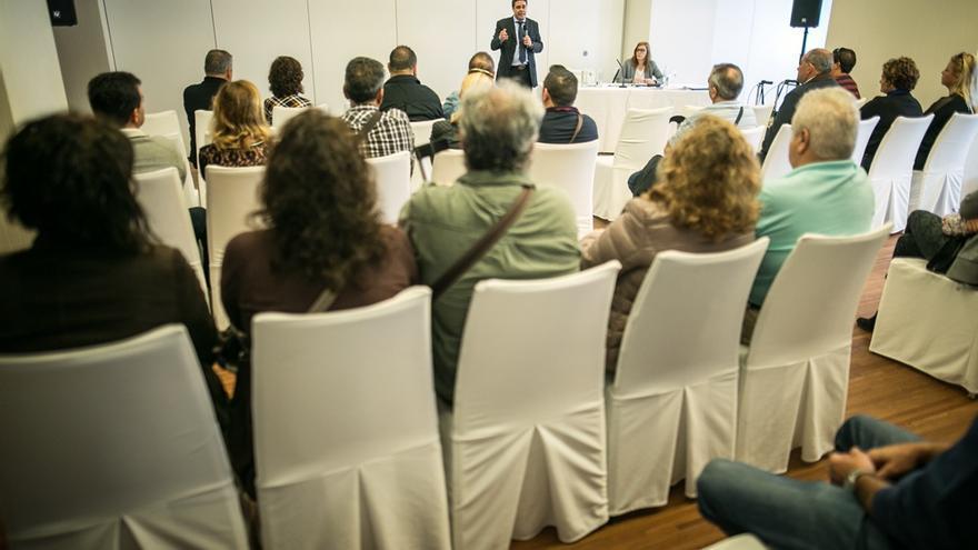 Personas afectadas por las prótesis de cadera defectuosas, en una reunión celebrada en Tenerife