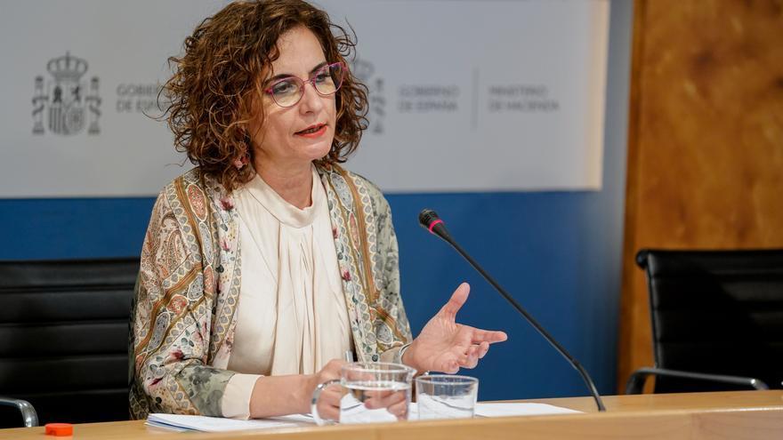 La ministra de Hacienda, María Jesús Montero, durante la presentación de las proyecciones de déficit incluidas en el Programa de Estabilidad 2021-2024, en la sede del Ministerio, a 30 de abril de 2021, en Madrid (España). Cada mes de abril, los estados mi