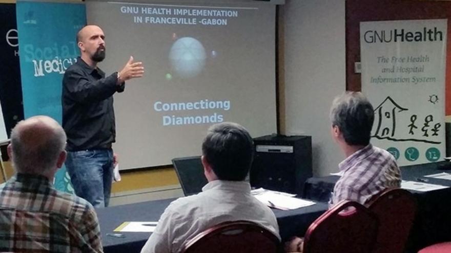 Luis Falcón durante el GNU Health Con de 2016