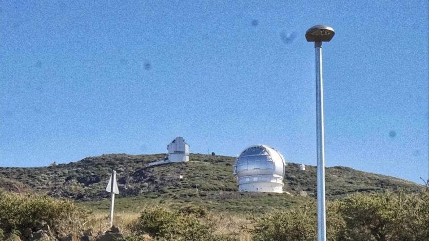 Una de las farolas instaladas en el aparcamiento del futuro centro de visitantes del Roque de Los Muchachos.