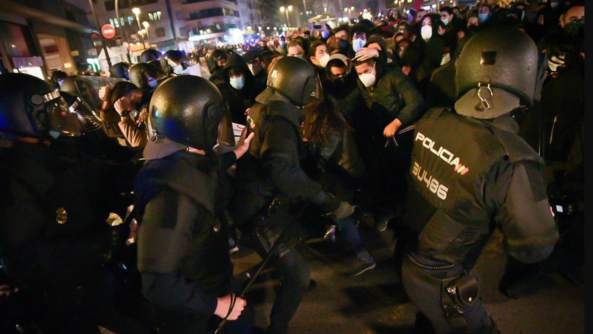 Varios agentes de la Policía Nacional contra los manifestantes durante una manifestación contra el encarcelamiento del rapero y poeta Pablo Hasel, en Plaza San Agustí, en Valencia, Comunidad Valenciana (España), a 18 de febrero de 2021. / Jorge Gil - Europa Press