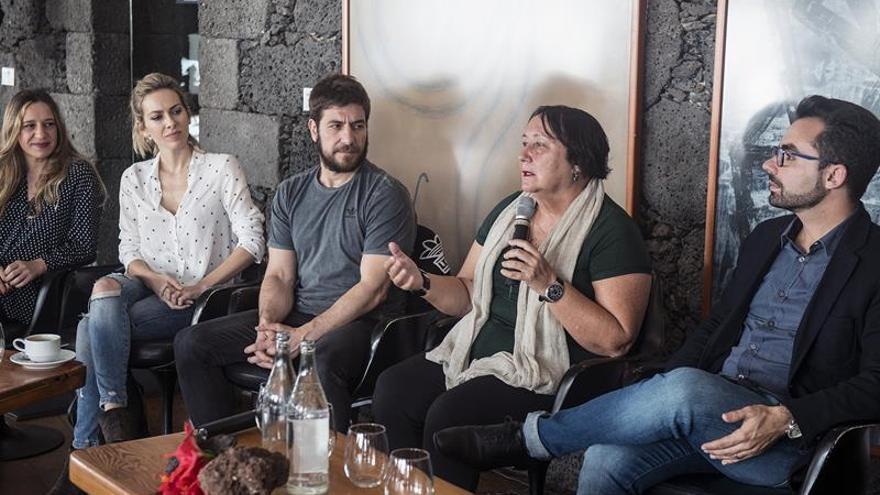 """El director teatral José Martret (d) y la productora Dania Dévora (2d), junto a parte del equipo de actores participantes en la adaptación escénica de la novela """"El hombre duplicado""""."""