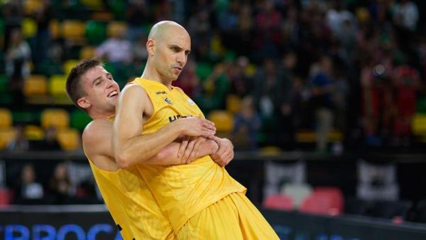 Xavi Rabaseda y Albert Oliver en el encuentro frente al Bilbao Basket. (twitter oficial del Herbalife Gran Canaria).