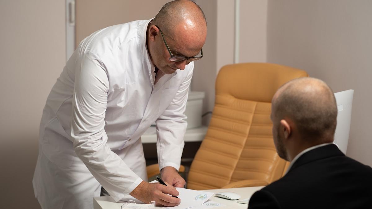 Imagen de archivo de un médico pasando consulta.