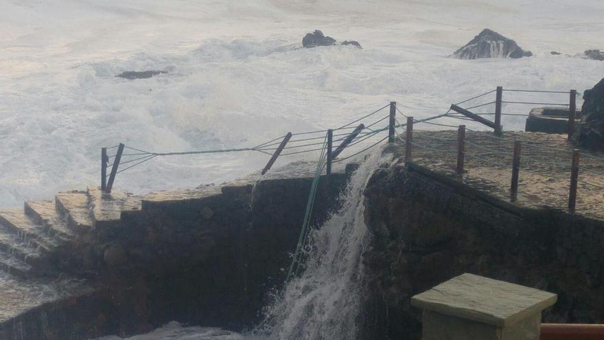 Este miércoles, como se observa en la imagen, el mar sigue batiendo con fuerza en La Fajada de Barlovento.