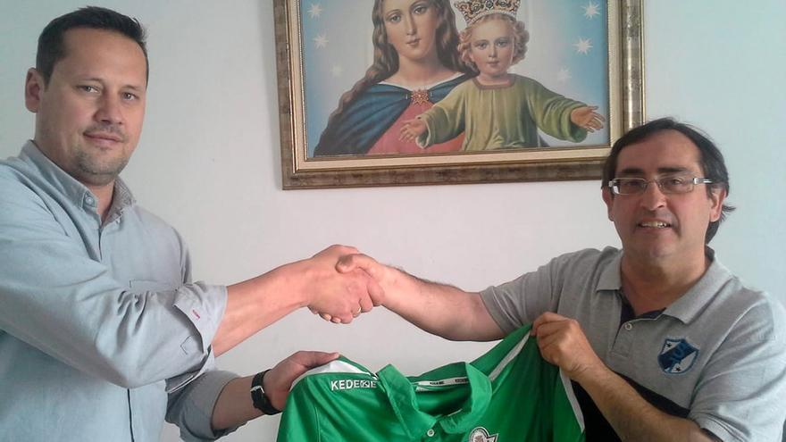 Calero y Rojas en la firma del convenio.