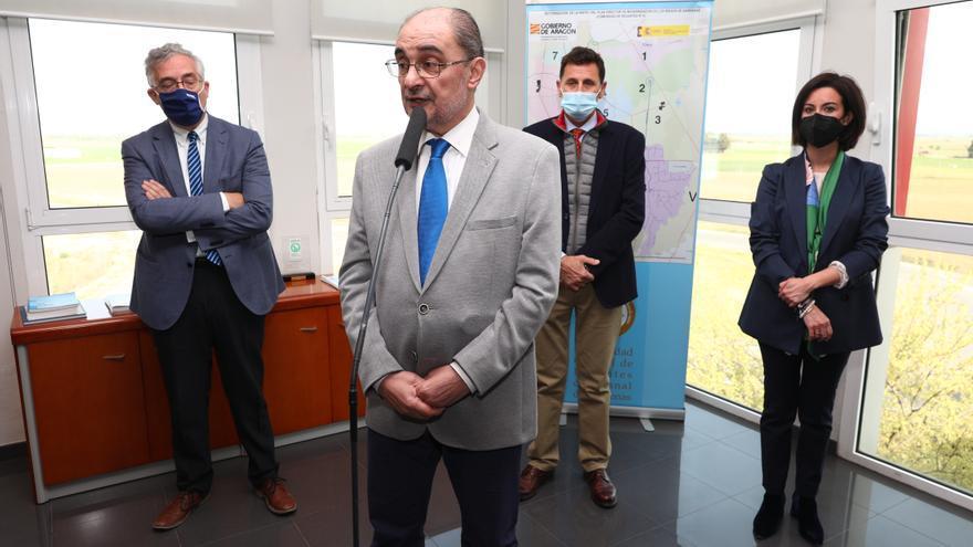 El presidente de Aragón, Javier Lambán, en Ejea de los Caballeros, donde se reúne con responsables de comunidades de regantes y visita varias obras de modernización.