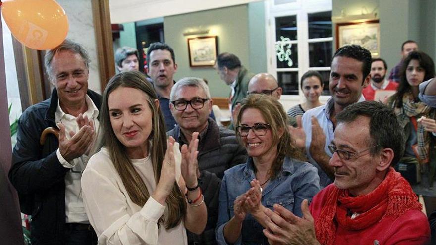 Melisa Rodriguez, de Ciudadanos, muestra su alegría al confirmarse que consigue un acta de diputada en el Congreso de los Diputados por la provincia de Santa Cruz de Tenerife. EFE/Cristóbal García