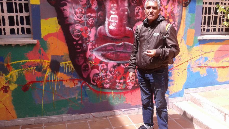 Francisco Javier, antes reparador de máquinas de coser, en el albergue en el que vive