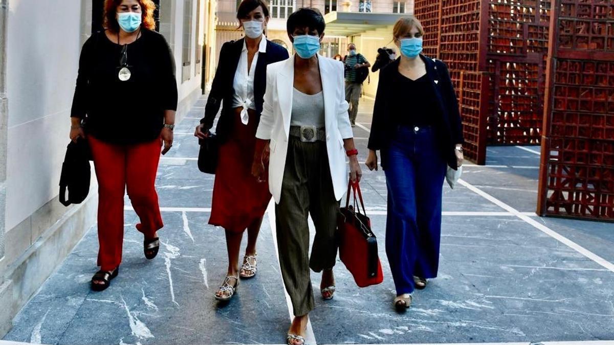 Maddalen Iriarte y su equipo, a su llegada al Parlamento