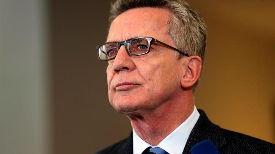 El ministro del Interior germano apela al europeísmo y al patriotismo de los alemanes