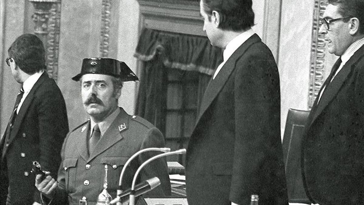 El teniente coronel Antonio Tejero con tricornio irrumpe, pistola en mano, en el Congreso de los Diputados durante la segunda votación de investidura de Leopoldo Calvo Sotelo como presidente del Gobierno.
