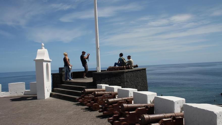 Imagen de archivo de unos turistas en el Castillo de la Virgen.