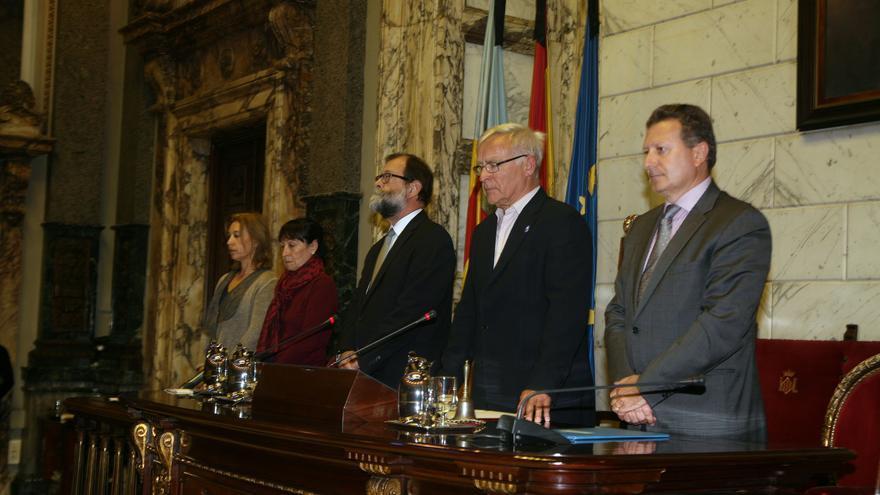 El alcalde de Valencia, Joan Ribó, en pie en el minuto de silencia por el fallecimiento de Rita Barberá